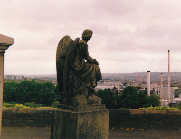 Engel sinniert von der Necropolis aus über die Industrieanlagen in Glasgow